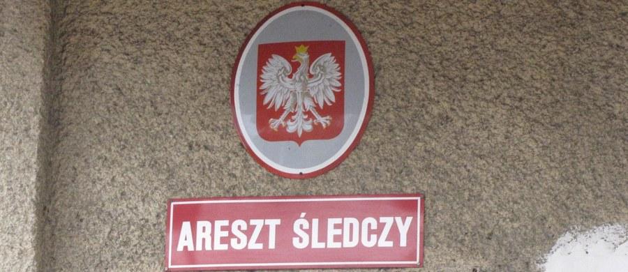 Emerytowany kierownik oddziału zewnętrznego Aresztu Śledczego w Bydgoszczy Ryszard K. został aresztowany na dwa miesiące. Miał przyjmować łapówki od więźniów m.in. za przepustkę według swoistego cennika. O sprawie poinformowały CBA i Prokuratura Okręgowa w Bydgoszczy. Podejrzany został zatrzymany w środę.