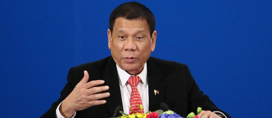 """Prezydent Filipin Rodrigo Duterte zadeklarował w Pekinie podczas spotkania z chińskim przywódcą Xi Jinpingiem zamiar """"odseparowania się"""" od swojego sojusznika, USA, i zbliżenia do Chin, co oznaczałoby nowy układ sił w regionie."""