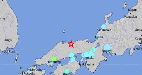 Trzęsienie ziemi o sile 6,6 stopni w skali Richtera nawiedziło zachodnią Japonię. Władze nie wydały ostrzeżenia przed falą tsunami. Nie ma doniesień o poszkodowanych lub zniszczeniach. Wstrzymano jednak ruch pociągów.