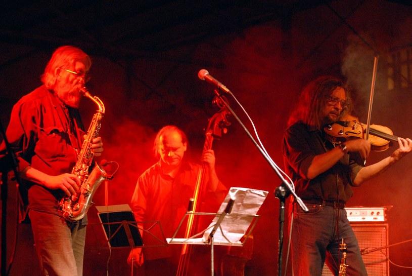 Przez lata byli szykanowani przez władze komunistyczne za swoją muzykę i styl życia. Dziś dla Czechów są jednym z symboli walki o wolność. Poznajcie The Plastic People of the Universe.