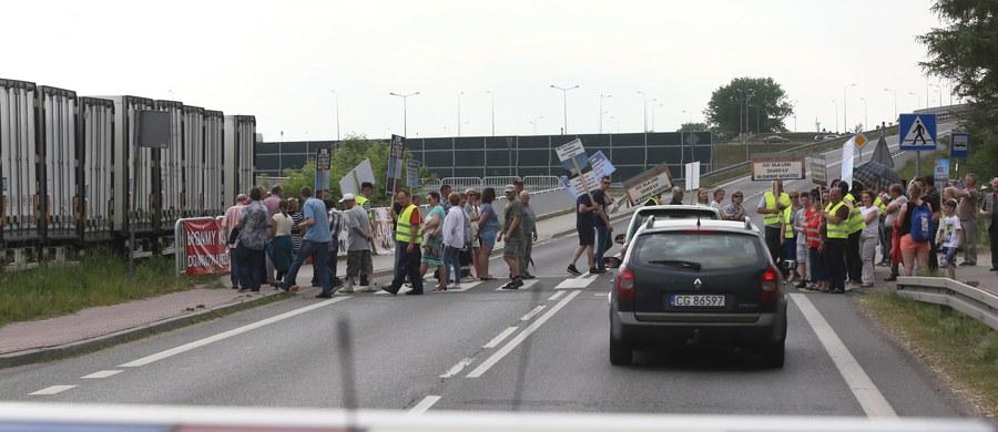 """To trudne popołudnie dla kierowców jadących z Warszawy w kierunku Lublina. O godzinie 16 w Woli  Duckiej na krajowej """"17"""" zaczął się protest mieszkańców przeciwko rozbudowie składowiska śmieci. Protestujący blokują przejścia dla pieszych."""