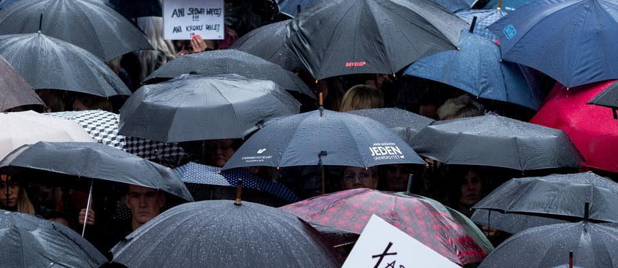 """Prokuratura Okręgowa w Gdańsku uznała, że organizatorzy """"czarnego protestu"""" nie złamali prawa wykorzystując do jego promocji logo NSZZ """"Solidarność"""". Odmówiła wszczęcia śledztwa w tej sprawie, czego chciały władze związku."""