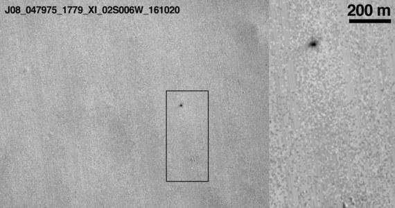 To już oficjalne. Misja ExoMars nie zakończy się pełnym sukcesem. Lądownik Schiaparelli nie zdołał bezpiecznie wylądować na powierzchni Czerwonej Planety i rozbił się spadając swobodnie z wysokości 2 do 4 kilometrów. Przekonują o tym zdjęcia przesłane przez należącą do NASA sondę Mars Reconnaissance Orbiter. Widać na nich spadochron, odstrzelony od lądownika i ślad samego upadku. Rozmiary tego śladu (15 na 40 metrów) wskazują, że mogło dojść nawet do wybuchu, bo lądownik miał na pokładzie jeszcze sporo paliwa.