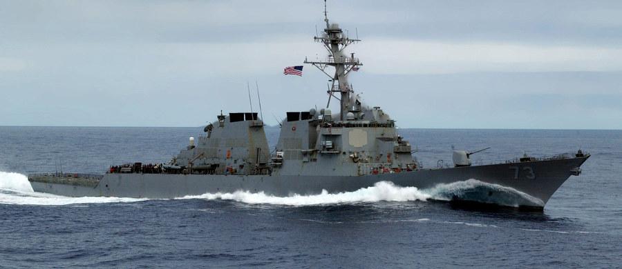 Amerykański okręt przeprowadził w piątek na Morzu Południowochińskim operację, mającą podkreślić swobodę żeglugi na tym obszarze, w pobliżu wysp, do których roszczenia zgłaszają Chiny, Tajwan i Wietnam. Pekin złożył protest.
