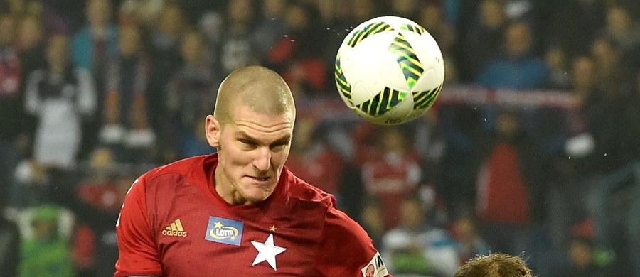 Piłkarze Wisły Kraków w piątkowym spotkaniu pokonali na swoim stadionie Bruk-Bet Termalikę Nieciecza 2:0. Opuścili - przynajmniej do końca tej kolejki spotkań - ostatnie miejsce w tabeli.