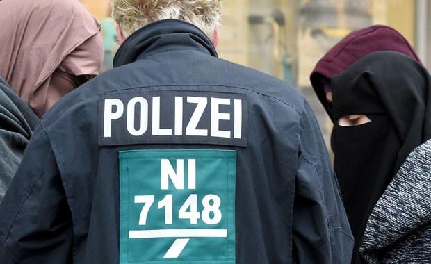 """Niemcy coraz bardziej obawiają się zamachów i coraz krytyczniej oceniają stan bezpieczeństwa w swoim kraju - tak wynika z sondażu opublikowanego przez """"Die Welt"""". Zdaniem większości (2/3) badanych sytuacja w zakresie bezpieczeństwa pogorszyła się w ostatnich latach."""