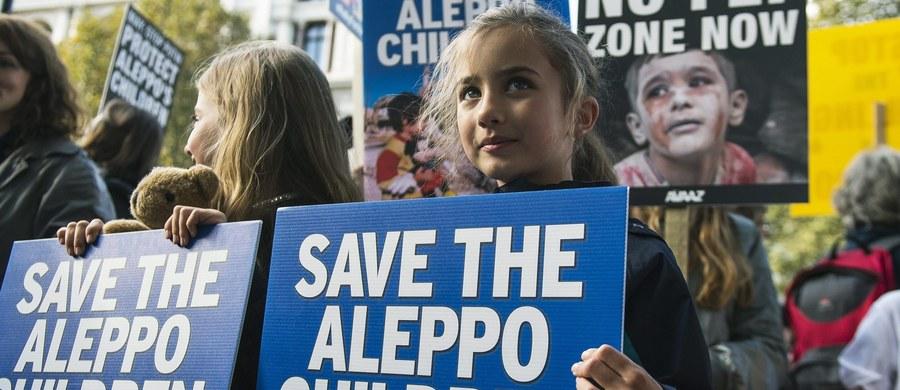 """Zaledwie kilka godzin po zakończeniu """"przerwy humanitarnej"""" w Aleppo na północy Syrii, w mieście ponownie wybuchły zacięte walki - poinformowało w sobotę późnym wieczorem Syryjskie Obserwatorium Praw Człowieka."""