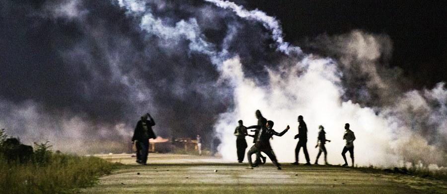 """Francuska policja starła się z imigrantami przez obozowiskiem w Calais we Francji. Słynna już """"dżungla"""" ma być ewakuowana w poniedziałek."""