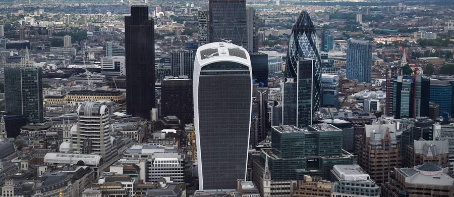 """Dyrektor Stowarzyszenia Brytyjskich Bankowców Anthony Browne ujawnił na łamach tygodnika """"Observer"""", że największe banki planują wyprowadzkę z Wielkiej Brytanii ze względu na narastające obawy o przyszłe relacji gospodarcze kraju z Unią Europejską. Ma się to stać na początku przyszłego roku."""