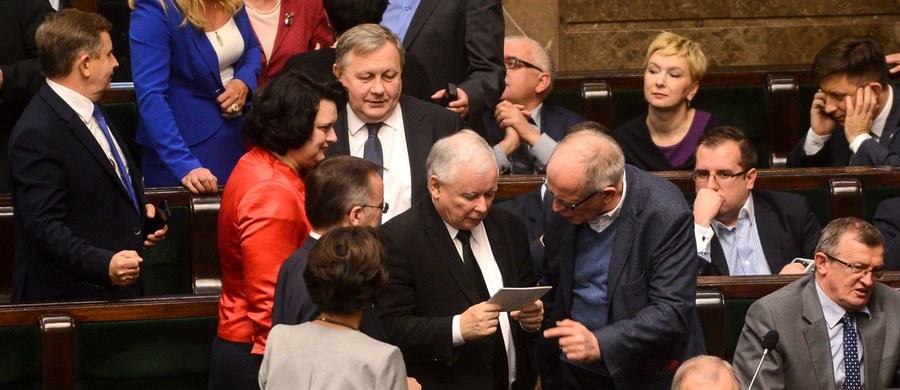 """Prawo i Sprawiedliwość znów wygrałoby wybory. Jednak tworzyć rząd, partia Jarosława Kaczyńskiego musiałaby się podzielić władzą - wynika z sondażu IBRIS dla """"Rzeczpospolitej""""."""