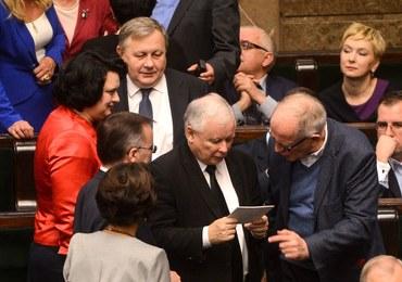 """Sondaż dla """"Rzeczpospolitej"""": PiS by wygrał, ale nie rządziłby samodzielnie"""