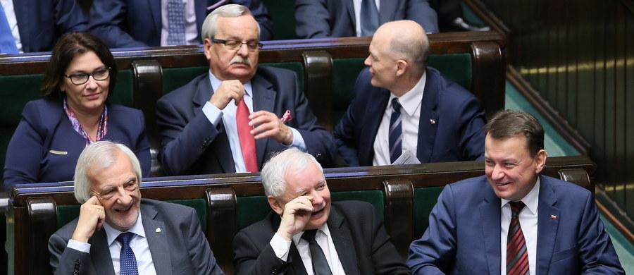 Rok temu Prawo i Sprawiedliwość wygrało wybory parlamentarne. Na partię głosowało ponad 37 proc. wyborców. Dzięki temu PiS zdobyło 235 mandatów w Sejmie i od roku może samodzielnie rządzić Polską.