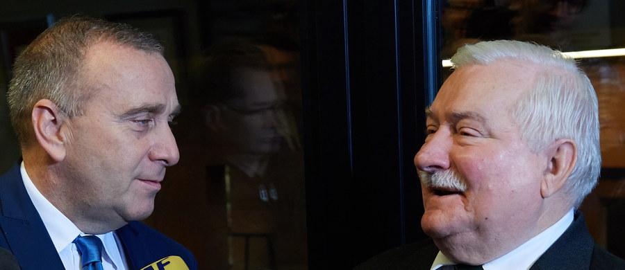 """""""Rozpoczynamy dzisiaj trwałą współpracę między Platformą Obywatelską a Lechem Wałęsą"""" - oświadczył w Gdańsku lider PO, Grzegorz Schetyna. """"Dam z siebie wszystko"""" - zadeklarował były prezydent. Celem współpracy ma być odsunięcia od władzy Prawa i Sprawiedliwości."""