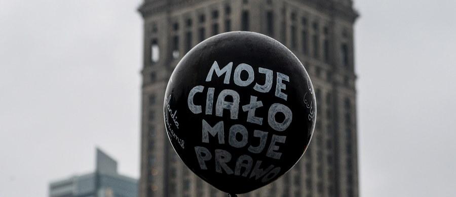 Większość Polaków popiera obowiązujące przepisy dotyczące aborcji i opowiada się za utrzymaniem ich (62 proc.), jedynie około jednej trzeciej chciałoby zmiany, przy czym 23 proc. opowiada się za liberalizacją, a 7 proc. za zaostrzeniem prawa - wynika z badania CBOS.