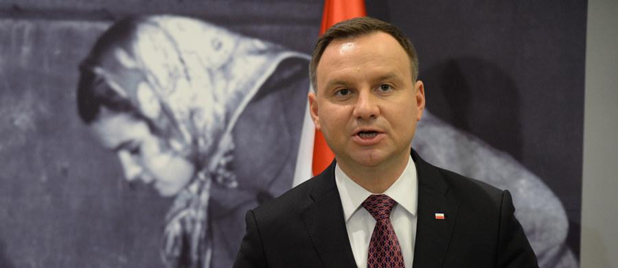 """W ciągu pierwszego roku po wygranych przez PiS wyborach udało się załatwić sprawy, których nikt wcześniej w Polsce nie załatwił, m.in. stworzyć program 500+ - powiedział w Hajnówce prezydent Andrzej Duda. """"Ktoś powie - to niewiele. Może niewiele, ale pokażcie mi, kto poprzednio zrobił coś takiego"""" - podkreślił. Dodał, że współpracował z rządem i będzie to czynił nadal."""