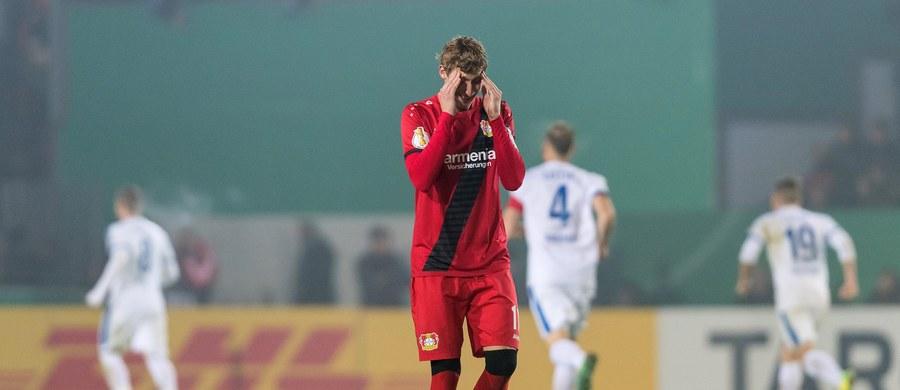 Trzecia drużyna piłkarskiej ekstraklasy Niemiec w ubiegłym sezonie Bayer Leverkusen przegrał w 1/16 finału krajowego Pucharu z występującym w 3. lidze zespołem Sportfreunde Lotte. Swój mecz z rywalem z niższej dywizji przegrał także Freiburg Rafała Gikiewicza.