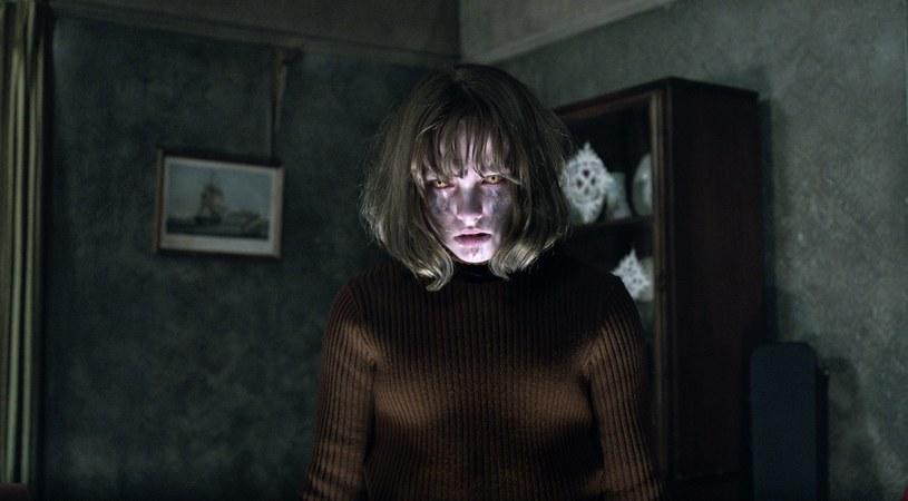 """Przerażający horror """"Obecność 2"""", zrealizowany na podstawie prawdziwej historii demonologów Eda i Lorraine Warrenów, od 26 października dostępny jest na płytach Blu-ray i DVD."""