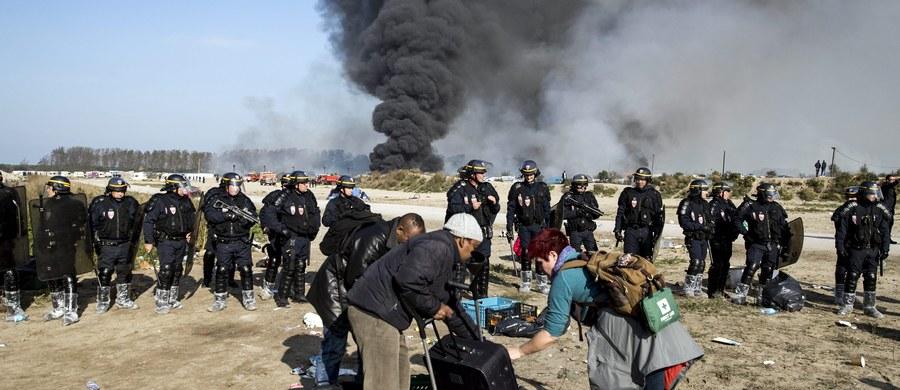 """Wszyscy migranci opuścili w środę, dzień wcześniej, niż planowano, nazywane """"dżunglą"""" obozowisko w Calais na północy Francji - poinformowała prefekt Pas-de-Calais Fabienne Buccio, cytowana przez francuską stację BFMTV. Likwidacja obozowiska miała trwać około tygodnia, ale została przyspieszona, bo - jak sugerują media - władze obawiały się wybuchu zamieszek."""