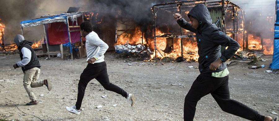 Afera wokół kilkuset domniemanych nieletnich uchodźców z likwidowanego obozowiska w Calais, których francuskie władze chciały wysłać do Wielkiej Brytanii. Policjanci odrzucili aż jedną trzecią z nich. Stwierdzili, że dorośli mężczyźni masowo udają nastolatków, by w ten sposób przedostać się na Wyspy.