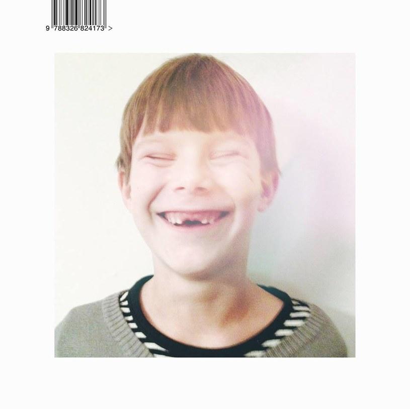 """Najnowsza płyta braci Waglewskich zatytułowana """"Drony"""", brzmi jak naturalna kontynuacja wydanego dwa lata temu, również jesienią, albumu """"Mamut"""" - od strony muzycznej i tekstowej. To wyraz coraz większego rozczarowania współczesnością, a momentami nawet i strachu. Tytułowe drony to wszędobylscy obserwatorzy naszej codzienności, tej mniej i bardziej intymnej."""