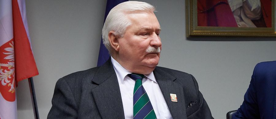 """Dziś w opozycji być jest bardzo trudno, działają pieniądze i populizm obozu rządzącego; kiedy przestaną, będzie ruch dla opozycji – mówił w Katowicach Lech Wałęsa. Wezwał opozycję do solidarności; wyłapywania niebezpieczeństw i przygotowywania dobrych rozwiązań. """"PiS dzisiaj odkrywa elementy źle zrobione wcześniej. (…) Jak my to poprawimy, będziemy jeszcze PiS-owi dziękować. Jak wyłapiemy to wszystko, co on wyłapuje i robi źle, jak to zabezpieczymy, będzie jeszcze pomnik Kaczyńskiego"""" - mówił."""
