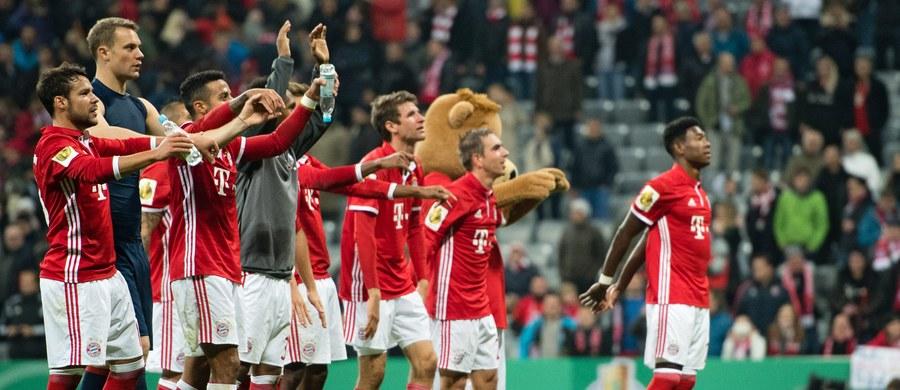 Bayern pokonał w Monachium FC Augsburg 3:1, a Borussia wygrała w Dortmundzie z drugoligowym Union Berlin w rzutach karnych, w 1/16 finału piłkarskiego Pucharu Niemiec. Robert Lewandowski był rezerwowym Bayernu, a Łukasz Piszczek rozegrał w BVB cały mecz.