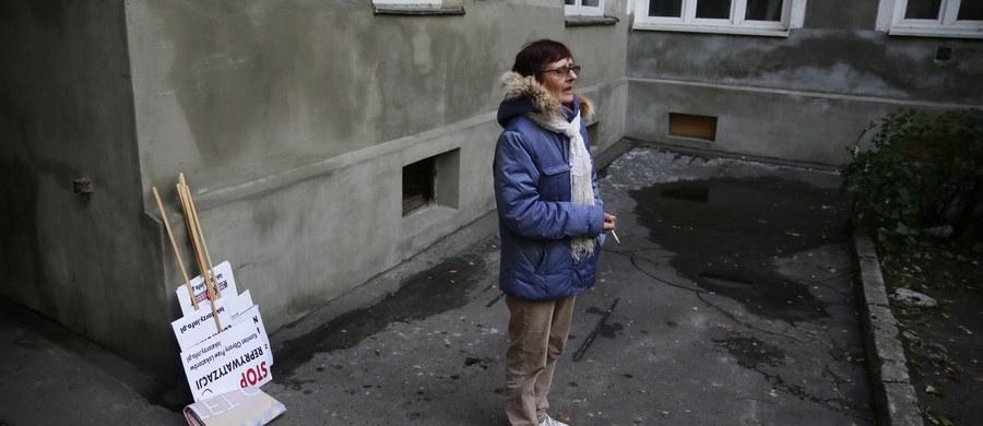 """""""Jeśli zostanę wyrzucona z lokalu socjalnego, nie będę miała, gdzie się podziać"""" - skarży się w rozmowie z RMF FM pani Barbara. To 61-letnia niepełnosprawna mieszkanka kamienicy przy ulicy Targowej w Warszawie. Z powodu przekazania budynku prywatnym właścicielom musi wyprowadzić się z zajmowanego do tej pory mieszkania."""