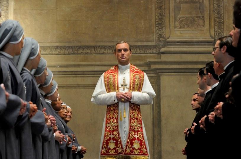 """Już dziś, 28 października, odbędzie się premiera najnowszego serialu koprodukcji HBO """"Młody papież"""" w reżyserii Paolo Sorrentino. W role główną Piusa XIII - fikcyjnego, pierwszego amerykańskiego papieża w historii Kościoła, wciela się Jude Law. Premiera dwóch pierwszych odcinków odbędzie się o godzinie 20.10 w HBO. Obydwa odcinki są już dostępne w HBO GO, a odcinek pierwszy jest dostępny w serwisie bez rejestracji."""