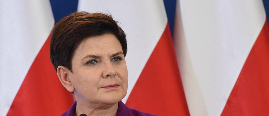 """Program wsparcia dla rodzin """"Za życiem"""" staje się faktem - ogłosiła premier Beata Szydło. Poinformowała, że pierwszy projekt ustawy dotyczący programu wsparcia dla kobiet w tzw. trudnej ciąży jest gotowy i w przyszłym tygodniu trafi pod obrady rządu."""