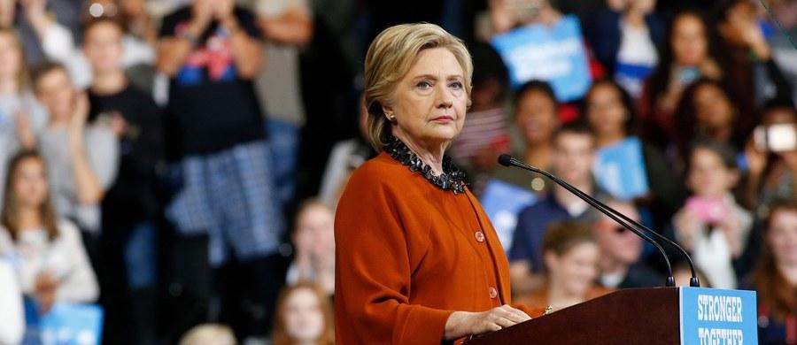 """FBI wznawia dochodzenie ws. skrzynki mailowej, którą Hillary Clinton, będąc sekretarzem stanu, prowadziła niezgodnie z przepisami ze swego prywatnego serwera. Informację tę przekazał w piątek dyrektor FBI James Comey. W liście do członków komisji ds. sprawiedliwości Izby Reprezentantów podał, że FBI dowiedziała się o istnieniu maili, które wydają się """"ważne dla dochodzenia""""."""