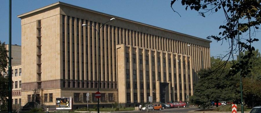"""Na regałach w specjalnie stworzonych i wyjątkowo uważnie chronionych podziemiach Biblioteki Jagiellońskiej spoczywają arcydzieła najznakomitszych pisarzy. """"Tutaj zaczyna się przede wszystkim historia Polski. Zaczyna się i wciąż trwa"""" - mówi prof. dr hab. Zdzisław Pietrzyk - dyrektor biblioteki Uniwersytetu Jagiellońskiego. W kolejnej odsłonie cyklu """"Twoje Niesamowite Miejsce w RMF FM"""" odwiedzamy jeden z krakowskich Skarbców."""