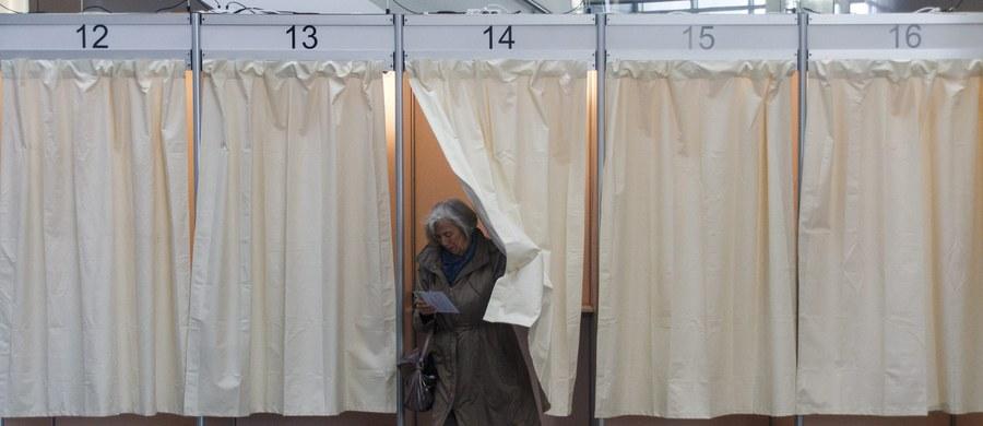 Konserwatywna Partia Niepodległości (PN) wygrała przedterminowe wybory parlamentarne, które odbyły się w sobotę w Islandii - wskazują pierwsze, wstępne wyniki, po przeliczeniu jednej trzeciej części głosów. Drugie i trzecie miejsce zajęły odpowiednio Zielona Lewica (ZL) oraz Partia Piratów.