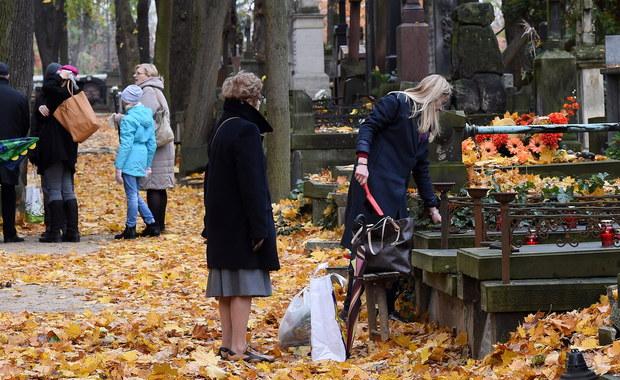 """W tym roku, pierwszy raz od 36 lat, w święto zmarłych na cmentarzu Rakowickim w Krakowie nie będzie tradycyjnej kwesty na ratowanie zabytkowych nagrobków. """"Protestujemy w ten sposób przeciwko regulacjom prawnym z 2014 r., zgodnie z którymi każdy może zgłosić zbiórkę publiczną do MSWiA, i nie wymaga ona zgody zarządcy terenu"""" - powiedział Mikołaj Kornecki, przewodniczący organizującego kwestę Obywatelskiego Komitetu Ratowania Krakowa. Przed 2014 rokiem zgody na zbiórki publiczne wydawał prezydent miasta."""