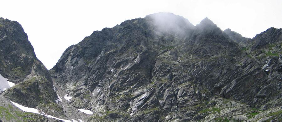 Od wtorku - 1 listopada - większość szlaków turystycznych po słowackiej stronie Tatr będzie zamknięta. Chodzi przede wszystkim o drogi znajdujące się powyżej schronisk. Szlaki nieczynne będą aż do połowy czerwca. Za złamanie zakazu poruszania się grożą mandaty. Zamknięcie słowackich dróg wpłynie także na sytuację po polskiej stronie gór.