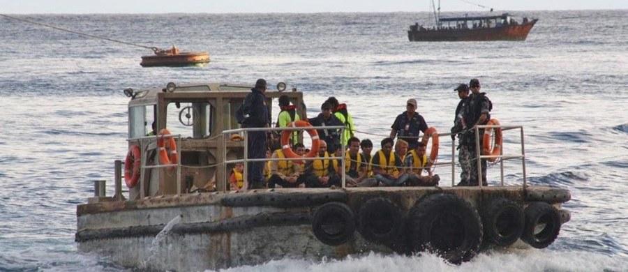 Australijski premier Malcolm Turnbull zapowiedział wniesienie do parlamentu ustawy zakazującej wydawania wiz wjazdowych uchodźcom i osobom ubiegającym się o azyl, które przeprawiają się morzem do Australii. Ma to być ustawa z mocą wsteczną. Będzie dotyczyć nielegalnych imigrantów, którzy docierali do brzegów Australii począwszy od lipca 2013 roku - oświadczył Turnbull na konferencji prasowej w Sydney.