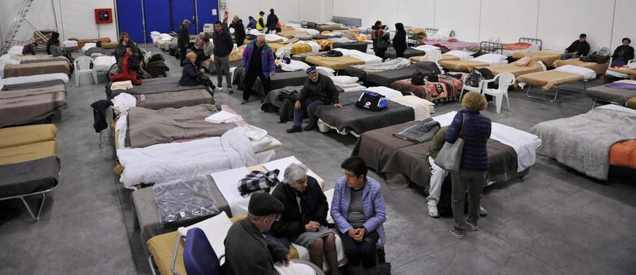 40 tysięcy mieszkańców środkowych Włoch straciło swoje domy bądź musiało je opuścić w rezultacie niedzielnego trzęsienia ziemi o sile 6,5 stopnia w skali Richtera. Nikt nie zginął, rannych zostało 20 osób. Zniszczenia są ogromne. Ziemia cały czas drży.