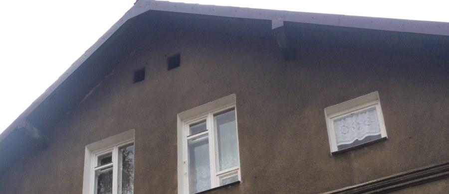 W kamienicy przy ulicy Szczakowskiej w Jaworznie odwołano zakaz palenia w piecach po godzinie 16:00. Lokatorzy mają też czujki ostrzegającej przed czadem. To skutki interwencji naszego reportera. Szef firmy zarządzającej budynkiem obiecał zajęcie się sprawą. I słowa dotrzymał.