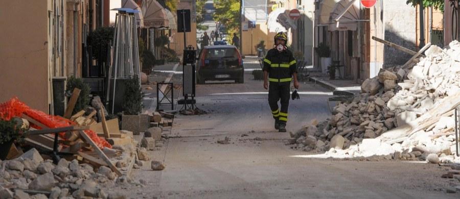 """Szef dyplomacji Włoch Paolo Gentiloni oświadczył, że jego kraj, w którym dzień wcześniej doszło do silnego trzęsienia ziemi, oczekuje zrozumienia ze strony Unii Europejskiej. """"Liczymy na solidarność"""" - stwierdził w wywiadzie dla stacji CNN. Po niedzielnym trzęsieniu ziemi o magnitudzie 6,5 konieczna jest odbudowa w ponad 100 miasteczkach i wsiach w regionach Umbria, Marche i Lacjum. Bez dachu nad głową zostało ponad 40 tysięcy osób."""