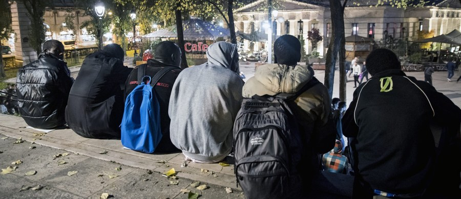 """Z obozowiska dla migrantów w Calais, na północy Francji, usunięto ostatnie prowizoryczne schronienia, co oznacza koniec likwidacji """"dżungli"""". Wyzwaniem dla władz jest teraz nowe obozowisko, które od kilku dni rozrasta się w Paryżu."""