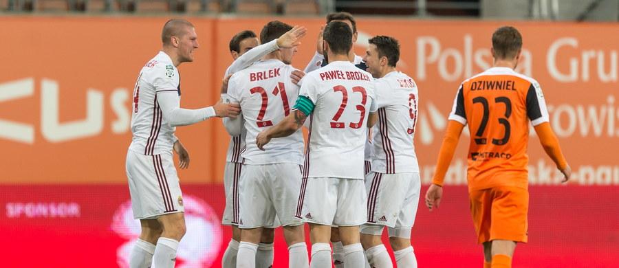 Zagłębie Lubin zremisowało z Wisłą Kraków 2:2 i ma na koncie już sześć spotkań z rzędu bez wygranej na własnym stadionie. Krakowianie też mają sześć, ale meczów bez porażki. Punkt pozwolił lubinianom na awans na trzecie miejsce w tabeli, a Wisła wydostała się ze strefy spadkowej i jest 13.