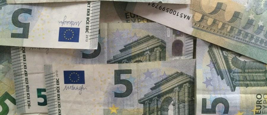 Niepracujący cudzoziemcy z krajów Unii Europejskiej nabywają praw do zasiłku socjalnego dopiero po pięciu latach nielegalnego pobytu w Niemczech - zdecydował w czwartek wieczorem Bundestag. Posłowie przyjęli projekt ustawy minister pracy Andrei Nahles.