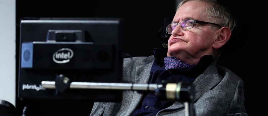 Kiedy Stephen Hawking miał 21 lat, została zdiagnozowana u niego ciężka choroba - stwardnienie zanikowe boczne. To nieuleczalne schorzenie, najpoważniejsze z grupy chorób nerwowo-mięśniowych. Przez chorobę wybitny astrofizyk przez większość życia był przykuty do wózka inwalidzkiego, a ze światem porozumiewał się za pomocą syntezatora mowy.