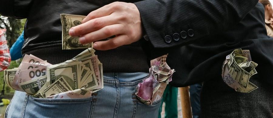 Ukraińskie władze zbadają przypadki polityków i urzędników państwowych, którzy w swoich oświadczeniach majątkowych zgłosili aktywa bankowe w wysokości ponad 100 tys. dolarów. Za wykroczenia grozić będzie kara do 15 lat więzienia.