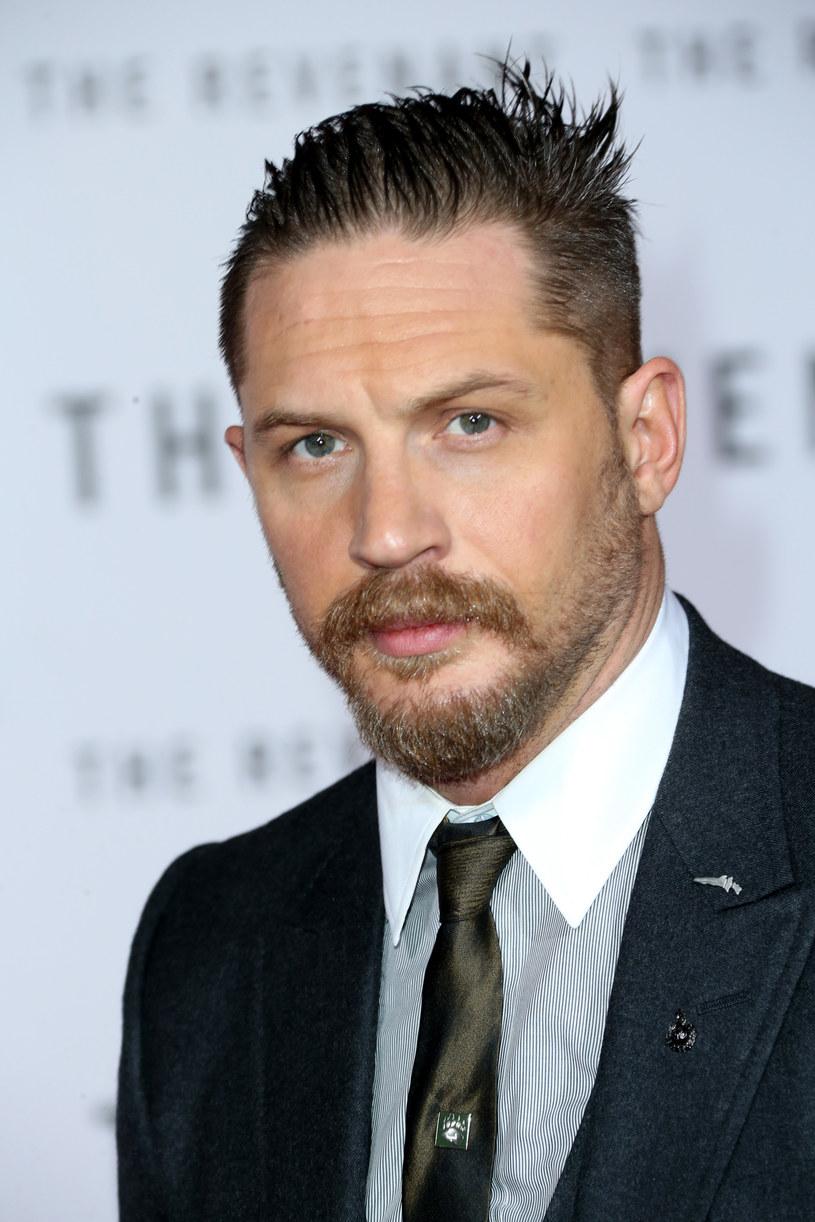 """Aktor Tom Hardy znany m.in. z takich filmów jak """"Zjawa"""", """"Incepcja"""", """"Legend"""" czy """"Locke"""" wcieli się w rolę legendarnego gangstera Ala Capone."""
