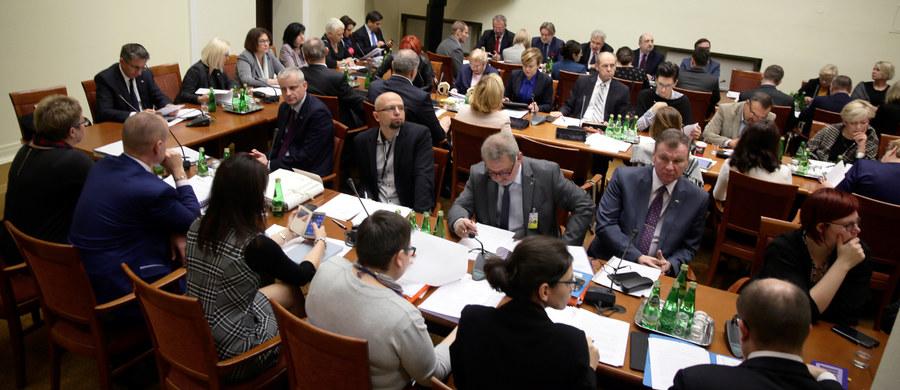 Komisja polityki społecznej i rodziny pozytywnie zaopiniowała prezydencki projekt ustawy o obniżeniu wieku emerytalnego do 60 lat dla kobiet i 65 lat dla mężczyzn. Za przyjęciem projektu było 20 posłów. 4 głosowało przeciw, a 1 wstrzymał się od głosu.