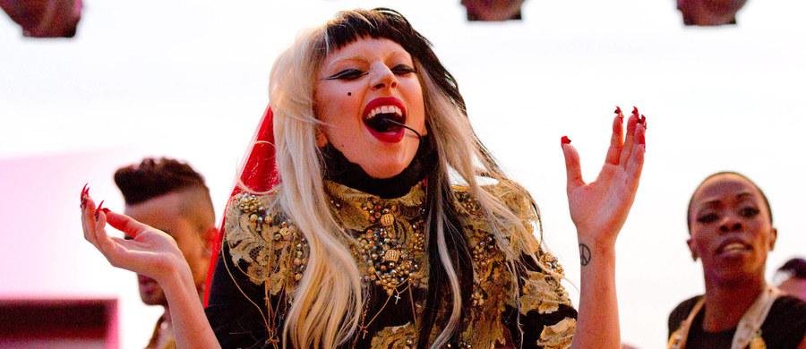 """Nie możesz wyrzucić z głowy piosenki """"Bad Romance"""" Lady Gagi? Nie możesz przestać nucić """"Can't Get You Out Of My Head"""" Kylie Minogue? Najnowsza praca naukowców z Wielkiej Brytanii i Niemiec pomoże ci łatwiej ten efekt zrozumieć. Na łamach czasopisma """"Psychology of Aesthetics, Creativity and the Arts"""" opublikowali pracę, która tłumaczy, dlaczego niektóre piosenki... nie chcą zostawić nas w spokoju. W rozmowie z RMF FM pierwsza autorka pracy, dr Kelly Jakubowski z Durham University przyznaje, że wpadają nam w ucho piosenki napisane według pewnego schematu, które jednak mają w sobie element zaskoczenia."""