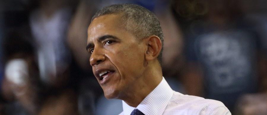"""Przekonanie o tym, że Barack Obama wygra wybory prezydenckie 8 lat temu było ogromne, że tylko koszulki z jego podobizną sprzedawano na ulicach Chicago przed ogłoszeniem wyborów - nie było podobnych z nadrukiem ze zdjęciem Johna McCaina. Czarnoskórzy mieszkańcy USA wykrzykiwali na ulicach """"Czarny prezydent"""", ciesząc się, że po raz pierwszy w historii prezydentem zostaje Afroamerykanin."""