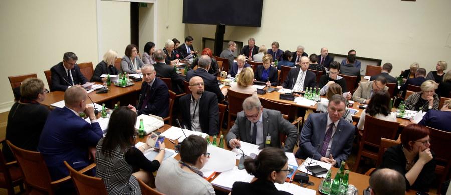 """Sejmowa komisja polityki społecznej i rodziny rozpatruje w czwartek późnym wieczorem poprawki do projektu ustawy o wsparciu kobiet w ciąży i ich rodzin """"Za życiem"""". W czasie drugiego czytania zgłoszono ich tego dnia 22."""