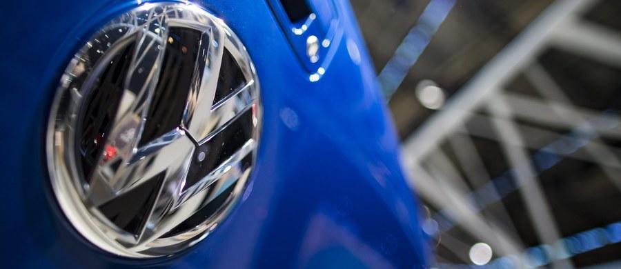 """Niemiecki koncern motoryzacyjny Volkswagen twierdzi, że nie manipulował pomiarami spalin i nie naruszył unijnego prawa. Zdaniem niemieckich mediów stosując tę """"zaskakującą strategię"""" VW próbuje uniknąć wypłacenia odszkodowań milionom klientom w Europie."""