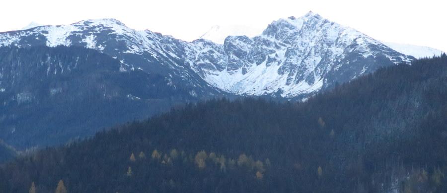 Ratownicy TOPR podnieśli stopień zagrożenia lawinowego w Tatrach z pierwszego na drugi. Wszystko dlatego, że w ciągu ostatnich dni napadało śniegu, a dodatkowo wieje bardzo silny wiatr.